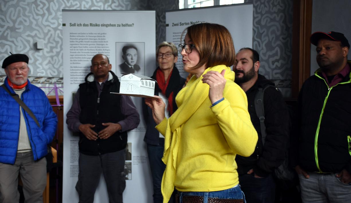 Manon Pirags zeigt ein Modell der alten Synagoge, wie sie früher einmal aussah