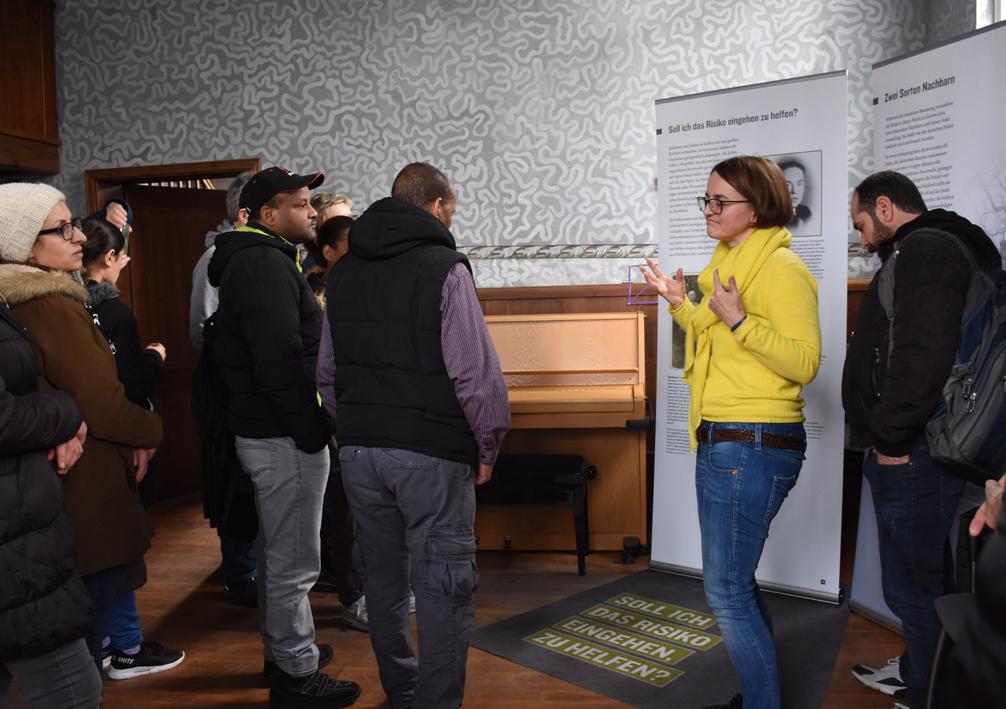 Wie war der Holocaust möglich, steht vor der Tafel, die Manon Pirags bei der Ausstellung in der alten Synagoge zeigt