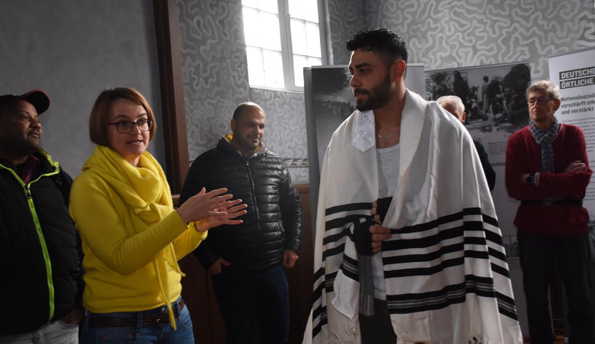 Mohammed trägt das jüdische Gewand Talit, das zum Beten angezogen wird
